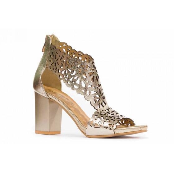 Złote, ażurowe sandały na słupku