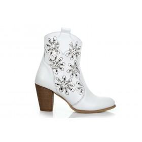 Białe botki w ażurowe kwiatki